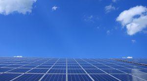 ייצור חשמל באמצעות אנרגיה סולארית.